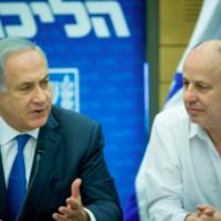 Le Premier ministre Benjamin Netanyahu et Tzahi Hanegbi en 2016. (Crédit : Yonatan Sindel/Flash90)