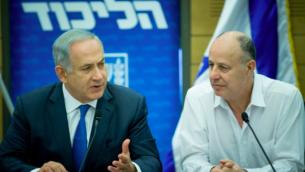 Le Premier ministre Benjamin Netanyahu et Tzahi Hanegbi, député du Likud en 2016 (Crédit : Yonatan Sindel/FLASH 90)