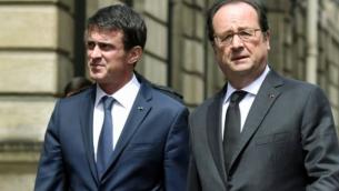 Le Premier ministre français Manuel Valls (L), et le président français François Hollande (R), reviennent à pied à l'Elysée le 15 juin 2016, à Paris, après une cérémonie au ministère de l'Intérieur pour rendre un hommage à un policier français et sa compagne, qui ont été tués le 13 Juin par un homme se réclamant du groupe Etat islamique. (Crédit : AFP/ ALAIN JOCARD)