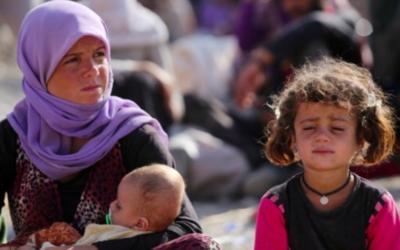 Archives : Une femme Yazidi irakienne est assise avec ses enfants au camp Bajid Kandala près du fleuve du Tigre, dans la province de Dohouk à l'ouest du Kurdistan, où ils ont trouvé refuge après avoir fui les avancées par les djihadistes de l'Etat islamique en Irak, le 13 août 2014. (Crédit : AFP / Ahmad Al -Rubaye)
