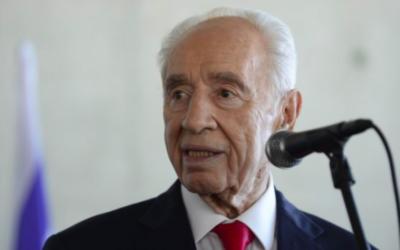 Shimon Peres au Centre Peres pour la Paix, à Tel Aviv, le 27 juillet 2015. (Crédit : Tomer Neuberg/Flash90)
