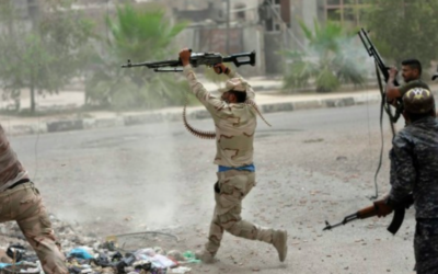 Les forces gouvernementales irakiennes se heurtent aux combattants du groupe de l'Etat islamique (IS) à Falloujah le 18 juin 2016 (Crédit : Stringer / AFP)