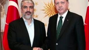 Le président turc Recep Tayyip Erdogan, à droite, avec le chef du Hamas Khaled Meshaal avant leur réunion au palais présidentiel à Ankara, en Turquie, le 12 août 2015. (Crédit : capture d'écran Youtube/TayyipErdoganArabic)