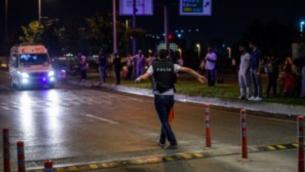 Un policier à l'aéroport d'Ataturk, à Istanbul, le 28 juin 2016 après un triple attentat-suicide (Crédit : AFP/Ilhas)