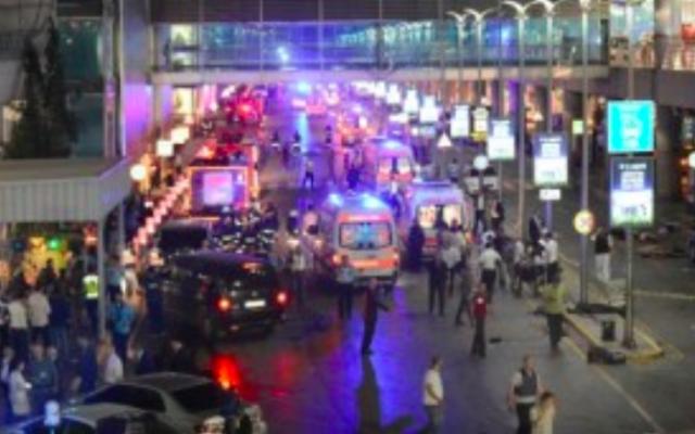 Des policiers mettent en place un périmètre de sécurité après le triple attentat suicide de l'aéroport Atatürk d'Istanbul, le 28 juin 2016. (Crédit : AFP/Ilhas)