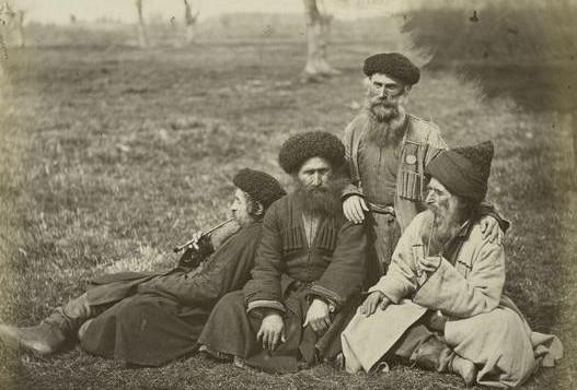 Aux alentours de 1898, photo de Juifs des montagnes se reposant après leur journée de travail (Crédit : domaine public)