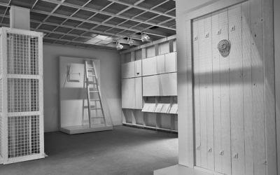 """L'intérieur de la """"Chambre des preuves"""" à la Biennale de l'architecture de Venise, avec des répliques d'une colonne de gaz d'Auschwitz, une trappe anti-gaz et d'une porte anti-gaz. (Fred Hunsberger / JTA)"""
