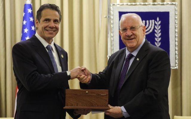 Le président israélien Reuven Rivlin (à dr.), rencontre le gouverneur de New York Andrew Cuomo dans la résidence présidentielle à Jérusalem, le 13 août 2014. (Crédits : Flash 90).