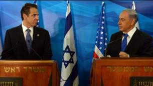 Le Premier ministre Benjamin Netanyahu (à dr.), tient une conférence de presse avec le gouverneur de New York Andrew Cuomo dans les bureaux de Netanyahu à Jérusalem, le 13 août 2014. (Crédits : Haïm Zach / GPO / Flash 90)