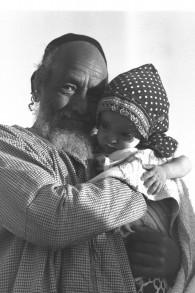 Un Yéménite et son petit-enfant, en 1949. (Crédit : Eldan David/GPO)