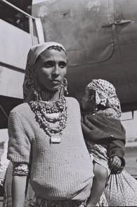 Une mère yéménite et son enfant, en 1950. (Crédit : Fritz Cohen/GPO)