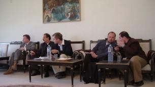 Robert Silverman (troisième à gauche) a beaucoup servi au Moyen-Orient, et a passé du temps en Azerbaïdjan, en Egypte, en Israël, en Irak, en Arabie Saoudite et en Tunisie. (Crédit : autorisation American Foreign Service Association)