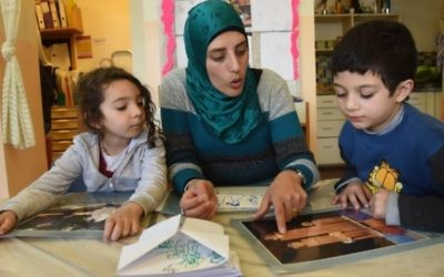 Des élèves dans une école israélienne Main dans la main, où les cours sont à la fois en arabe et en hébreu. (Crédit : Debbie Hill)