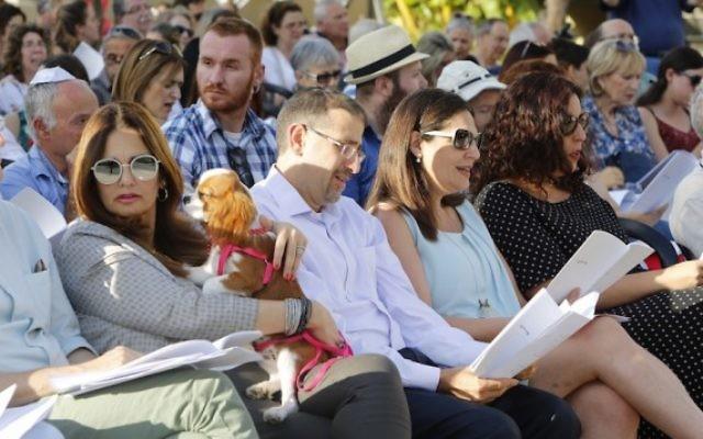 L'ambassadeur des Etats-Unis en Israël Dan Shapiro, au centre, pendant un service religieux au marché Sarona de Tel Aviv, deux jours après l'attentat qui y a eu lieu, le 10 juin 2016. (Crédit : Guy Yechiely)