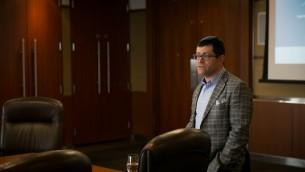 David Shore, directeur des relations investisseurs au Canada pour la compagnie israélienne OurCrowd, s'adresse à un groupe de journalistes israéliens à Toronto, le 2 mai 2016. (Crédit : Nabil Shash/gouvernement de l'Ontario)