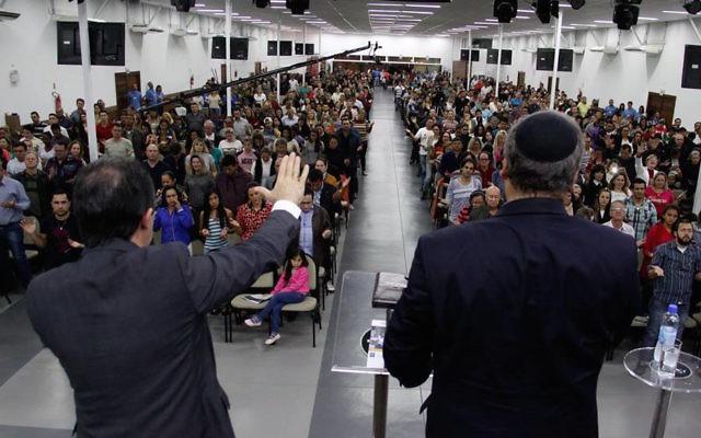 Le rabbin Eckstein, à droite, s'adressant à des Chrétiens évangéliques dans une église au Brésil en juin 2016. (Photo Elion Pereira)
