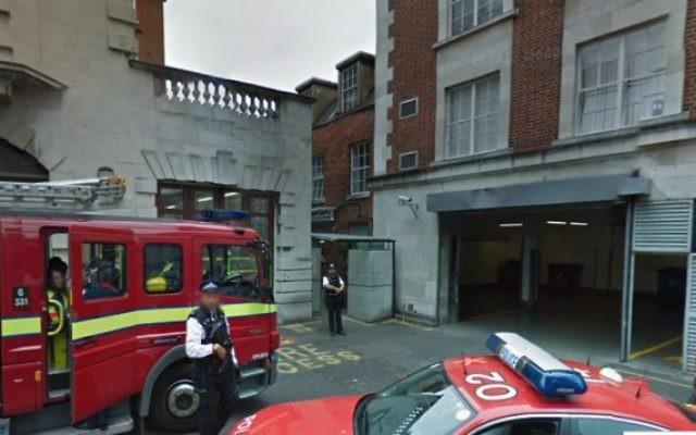 Des policiers devant l'ambassade d'Israël à Londres. Illustration. (Crédit : capture d'écran Google Street View)