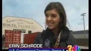 Cette photo du 26 avril 2016 montre Erin Schrode en train d'être interviewée par NBC News dans la ville d'Eureka, en Californie, dans le comté d'Humboldt. La candidate a parlé des sans-abris et de l'activisme communautaire dans ce district. (Crédits : Facebook / Erin Schrode)