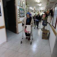 Résidente âgée d'une maison de retraite. (Photo d'illustration ; crédit : Tsafrir Abayov/Flash90)