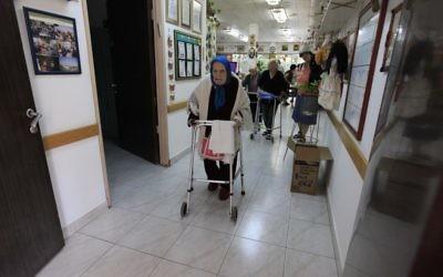 Résidente âgée d'une maison de retraite (photo d'illustration ; crédit : Tsafrir Abayov/Flash90)