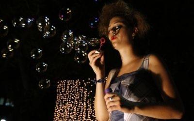 Soufflage de bulles pendant une précédente Nuit blanche. (Crédit : Abir Sultan/Flash90)