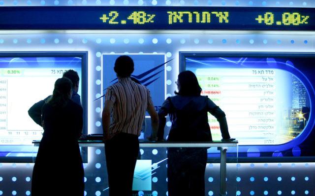 Un tableau des fluctuations du marché à la bourse de Tel Aviv. Illustration. (Crédit : Moshe Shai/Flash90)