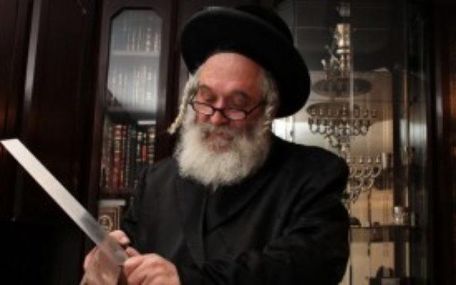 Un sacrificateur rituel juif affûte son matériel. (Kobi Gideon/Flash90)