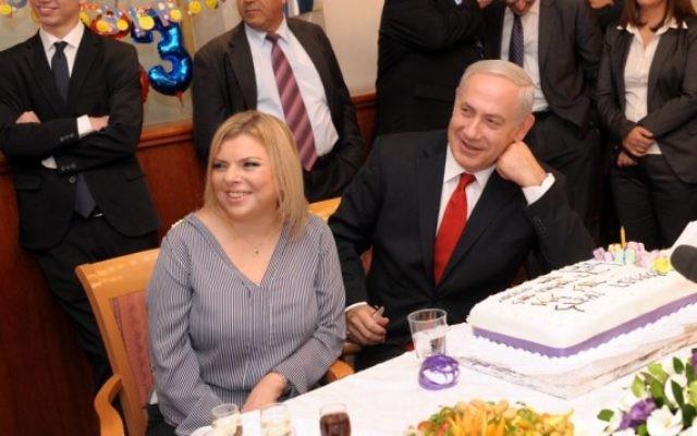 Le Premier ministre Benjamin Netanyahu et son épouse Sara célèbrent un anniversaire au bureau du Premier ministre, à Jérusalem, le 21 octobre 2012. (Crédit : Avi Ohayon/GPO/Flash90)