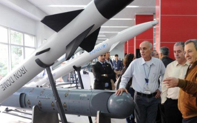 L'ancien ministre de la Défense Ehud Barak en visite dans une usine de production de Rafael Advanced Defense Systems, le 27 novembre 2012. (Crédit : Alon Bason/ministère de la Défense/Flash90)