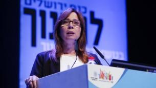 La journaliste israélienne Oshrat Kotler pendant une conférence à Jérusalem, le 23 mars 2014. (Crédit : Yonatan Sindel/Flash90)