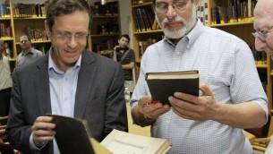 Le chef de l'opposition Isaac Herzog feuillette des livres saints pendant une visite à la yeshiva Har Etzion de l'implantation de Cisjordanie d'Alon Shvut, le 29 avril 2014. (Crédit : Gershon Elinson/FLASH90)