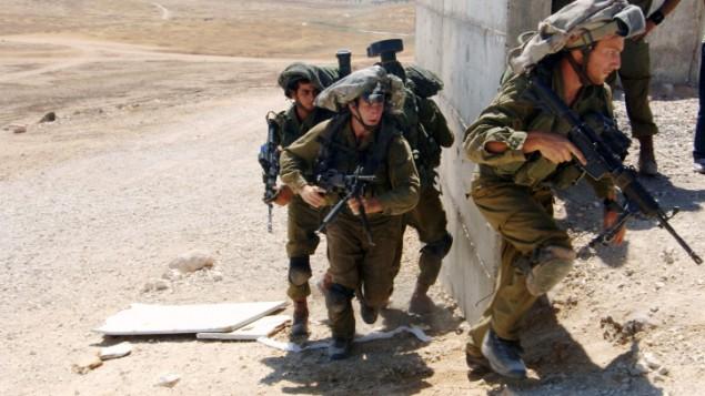 Des soldats israéliens de la brigade parachutiste pendant un exercice dans  le sud d'Israël, le 10 juillet 2014. (Crédit : Flash90)