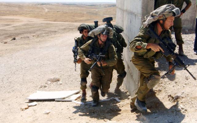 Des soldats de la brigade des parachutistes s'entraînent au combat en porte-à-porte dans les zones inhabitées de Tzeelim, dans  le sud d'Israël, le 10 juillet 2014. Illustration. (Crédit : Flash90)