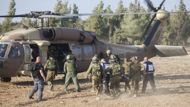 Un soldat israélien blessé est évacué par hélicoptère près de la frontière israélienne avec le bande de Gaza, le 28 juillet 2014. (Crédit : Yonatan Sindel/Flash90)