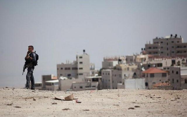 Un policier garde la station service de la colonie française de Jérusalem, près de l'entrée du village d'Issawiya, le 9 septembre 2014. Illustration. (Crédit : Yonatan Sindel/Flash90)