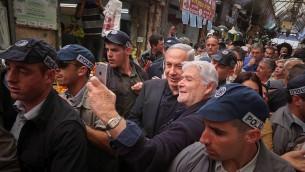 Le Premier ministre Benjamin Netanyahu sur le marché de Jérusalem avant les élections du 17 mars, le 9 mars 2015. (Crédit : Flash90)