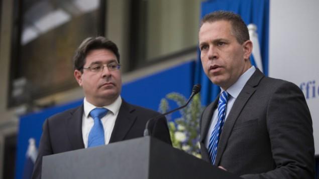 Les députés du Likud Ofir Akunis (à gauche) et Gilad Erdan pendant une conférence de presse après une rencontre avec le président Reuven Rivlin à la résidence présidentielle de Jérusalem, le 22 mars 2015. (Crédit : Yonatan Sindel/FLASH90)