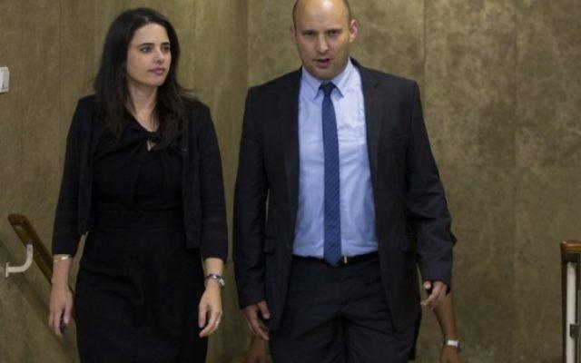 Le ministre de l'Education Naftali Bennett (à droite) et la ministre de la Justice Ayelet Shaked arrivent à la première réunion du 34e gouvernement d'Israël, aux bureaux du Premier ministre à Jérusalem, le 15 mai 2015. (Crédit : Yonatan Sindel/Flash90)