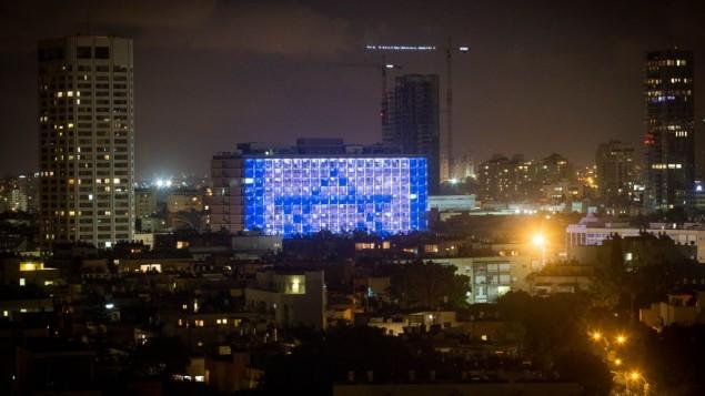 La mairie de Tel illuminée pendant la Nuit blanche 2015. (Crédit : Miriam Alster/Flash90)