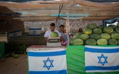 Un stand de pastèques en bord de route, à Sderot, dans le sud d'Israël, le 6 juillet 2015. (Crédit : Miriam Alster/Flash90)