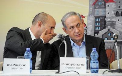 Le ministre de l'Education Naftali Bennett (à gauche) et le Premier ministre Benjamin Netanyahu, le 1er septembre 2015. (Crédit : Haim Hornstein/Flash90)