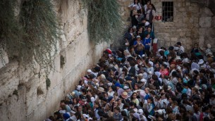 Des femmes prient dans la section féminine du mur Occidental de la Vieille Ville de Jérusalem, pendant Souccot, le 30 septembre 2015. (Crédit : Hadas Parush/Flash90)