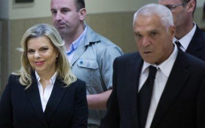 Sara Netanyahu, l'épouse du Premier ministre Benjamin Netanyahu, avec son avocat, Yossi Cohen, au tribunal régional du travail de Jérusalem, le 29 octobre 2015. (Crédit : Yonatan Sindel/Flash90)