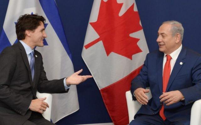 Le Premier ministre Benjamin Netanyahu (à droite) et le Premier ministre canadien Justin Trudeau à Paris, le 30 novembre 2015. (Crédit : Amos Ben-Gershom/GPO)