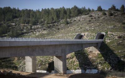 Construction du train à haute vitesse entre Tel Aviv et Jérusalem vue depuis l'extérieur de Jérusalem, le 20 décembre 2015. (Crédit : Hadas Parush/Flash90)