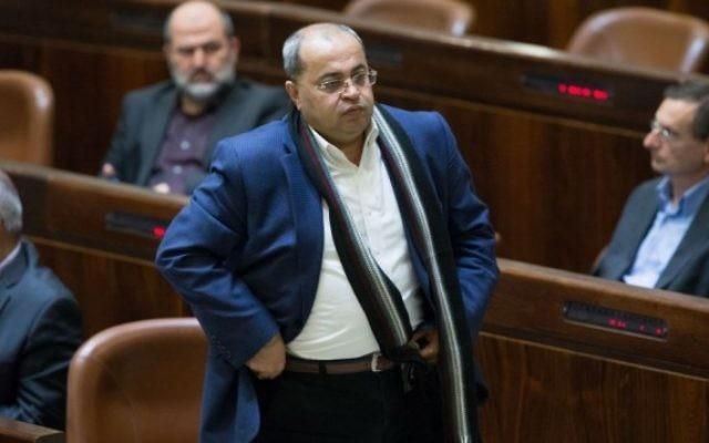 Ahmad Tibi, député de la Liste arabe unie, à la Knesset, à Jérusalem, le 19 janvier 2016. (Crédit : Yonatan Sindel/Flash90)