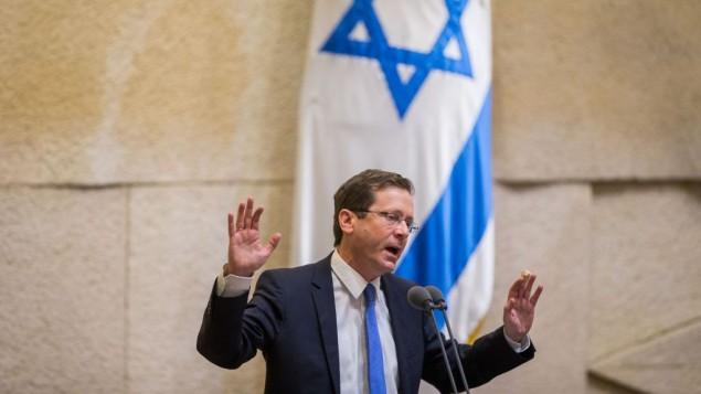 Isaac Herzog devant la Knesset, le 10 février 2016. (Crédit : Yonatan Sindel/Flash90)