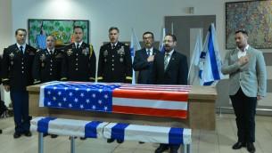 Responsables israéliens et américains participent à une cérémonie d'hommage à Taylor Force, citoyen américain tué pendant une attaque terroriste au couteau à Jaffa, avant le rapatriement de son corps aux Etats-Unis, à l'aéroport international Ben Gurion, le 11 mars 2016. (Crédit : Flash90)
