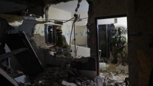 Soldats israéliens démolissant le domicile d'un terroriste en Cisjordanie, en mars 2016. Illustration. (Crédit : unité des portes-paroles de l'armée israélienne)