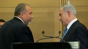 Le Premier ministre Benjamin Netanyahu (à droite) et le ministre de la Défense Avigdor Liberman (à gauche) lors d'une conférence de presse à la Knesset, le lundi 30 mai 2016 (Crédit : Yonatan Sindel / Flash90)